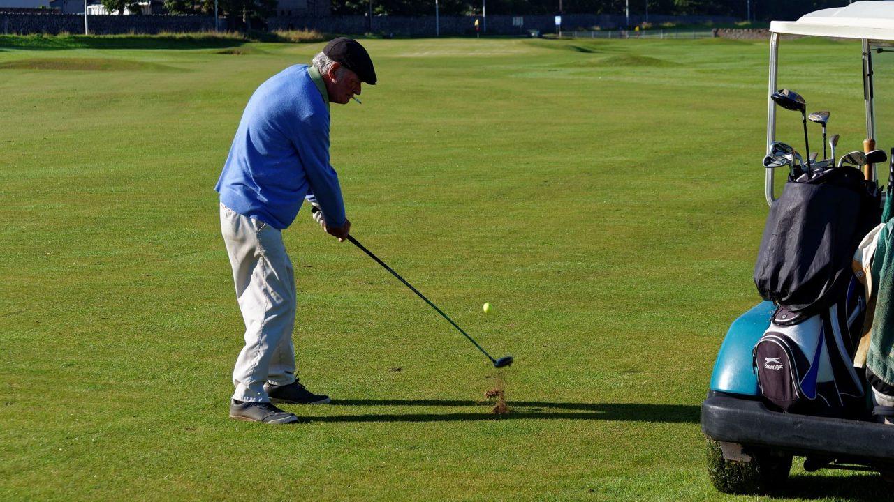 【必ず目土をしましょう】ゴルフで目土をする理由とは?正しいやり方を解説!